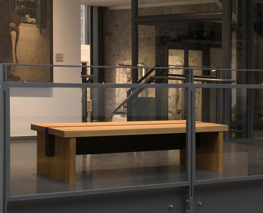 Massivholzbänke aus Eiche von formverleih, entworfen für das Museum 642 Pössneck. Sitzbänke für den überdachten Innenhof und den Galeriegang des Museums.