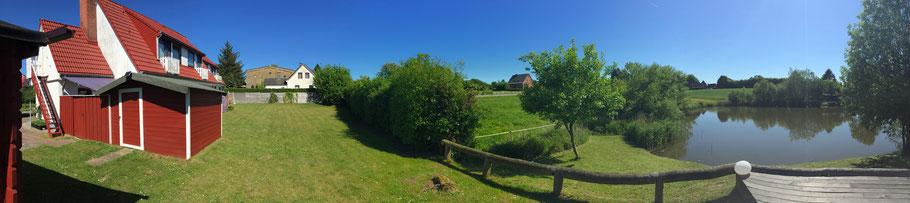 Panoramabild  vom Garten mit Teich