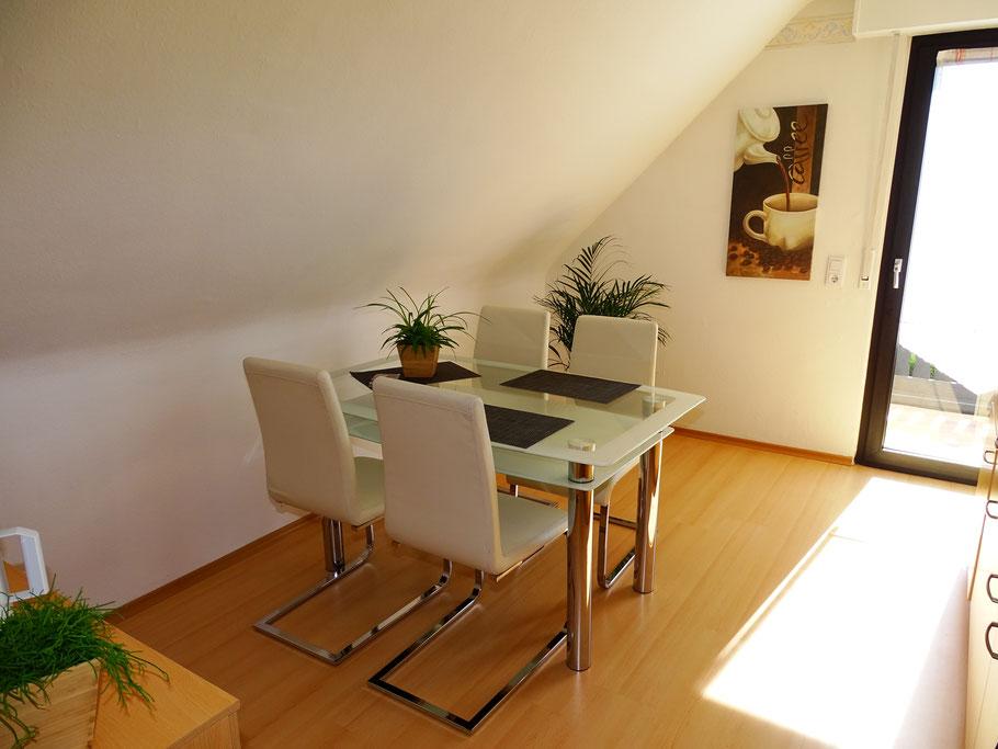 Küche mit großem Esstisch und gemütlichen Stühlen