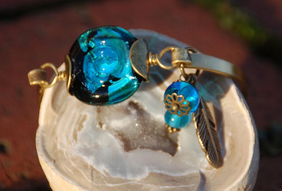 Handgefertigtes Armband aus Messingreif und Glasperlen