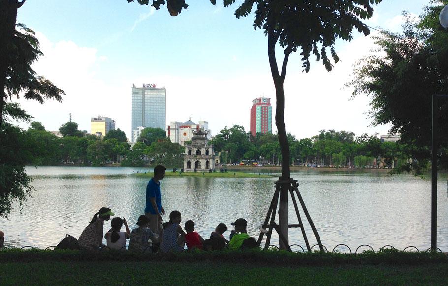 Sur les rives du lac Hoan Kiem - Linh Nguyen Tri