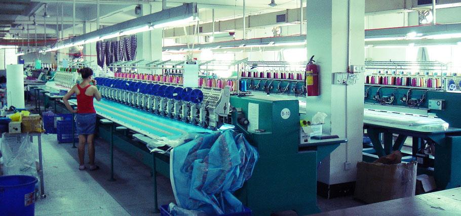 多頭ミシンの刺繍工場