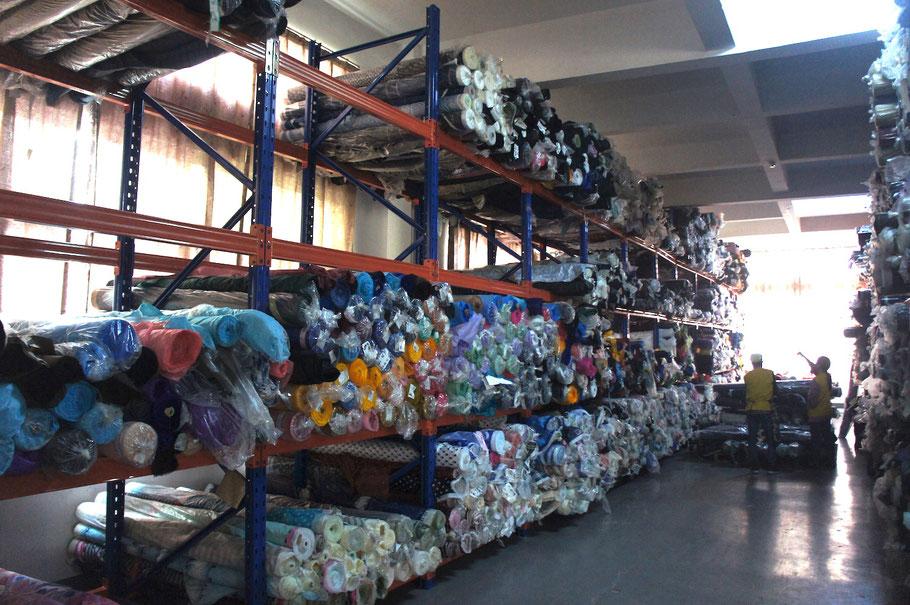 工場倉庫:これから生産する生地もありますが、半端の反物もあります
