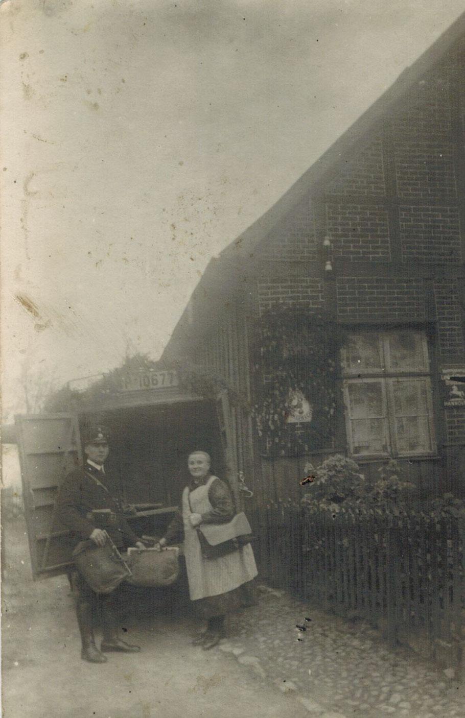 Haus Nr 17 Sammans (Santelmann) am 1 Mai 1933 mit der Posthalterin Santelmann (Großmutter von Lisa Osterhoff) bei der ersten motorisierten Postablieferung in Emsen