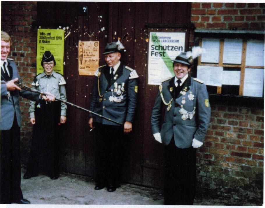 Haus Nr. 27. Emsen altes Spritzenhaus (Arrestzelle des Schützenverein) vo. links. Willhelm van Guns, Hartmut Oelkers, Hermann Oelkers, Hans Peter Raecker