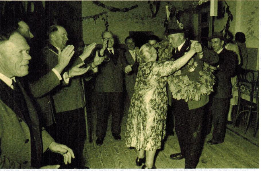 Emsen Gasthaus Grüner Ahorn 1958 Königspaar Heinrich u Dora Matthies beim Tanz (vo.LINKS: Heinrich Niemeyer, Heinrich Aldag, Otto Klipp, Georg Morawski)