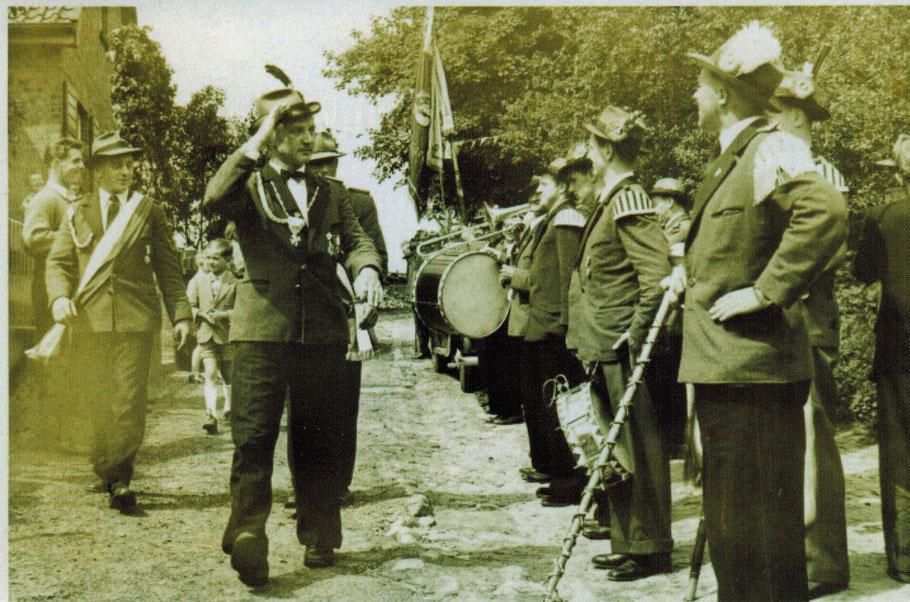 Erich Hoffmann als Schützenkönig (1955) im Höhnweg vor seiner Haustür