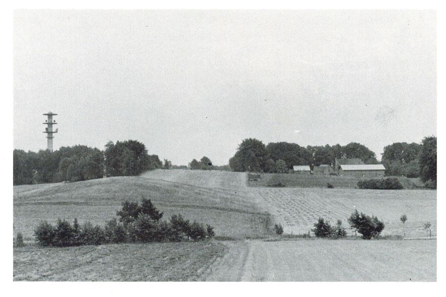 rechts die Hofstelle Schulz und links der alte Fernsehturm (der Funkturm wurde 1960 in Betrieb genommen - Foto 1957-58)