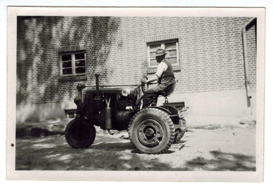 Der erste Trecker (Ritscher 16 PS - die Ritscherwerke waren in Sprötze) in Emsen auf dem Hof Graffelmann (Schliecker)