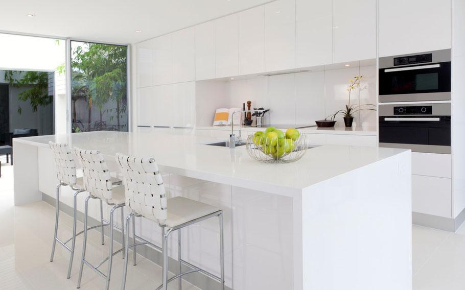 Dieses im minimalistischen Stil eingerichtete Wohnzimmer dient als Zielbild für Deinen Weg zum Minimalismus