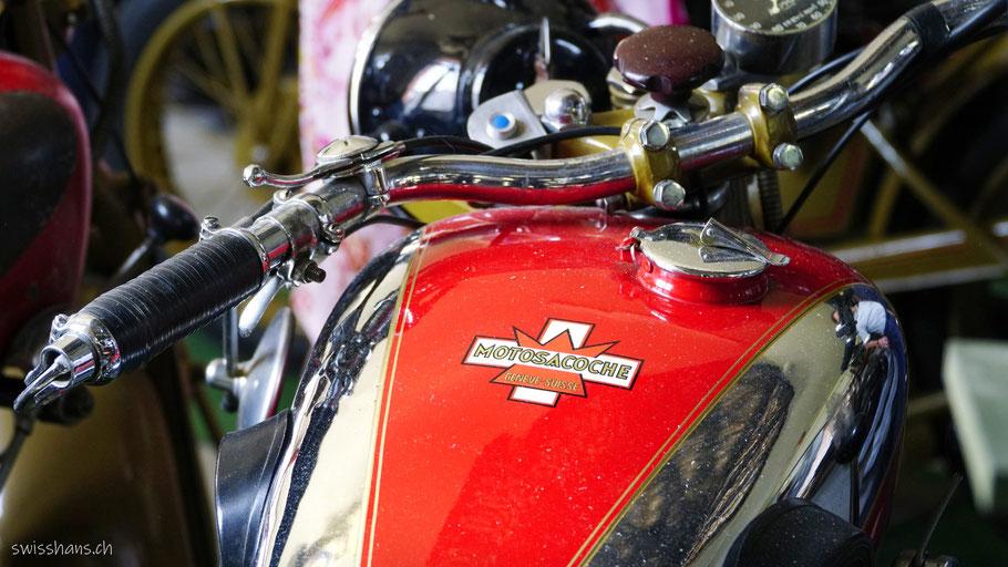 Rot bemalter Tank eines Motorrades im Motorradmuseum Wüst in Oberriet
