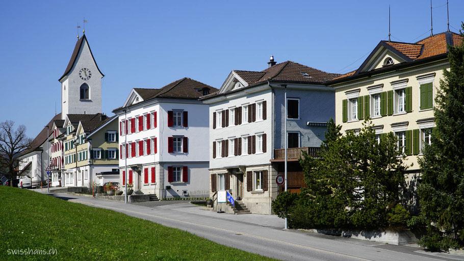 Schmucke Häuser und Kirche von Wolfhalden am Witzweg