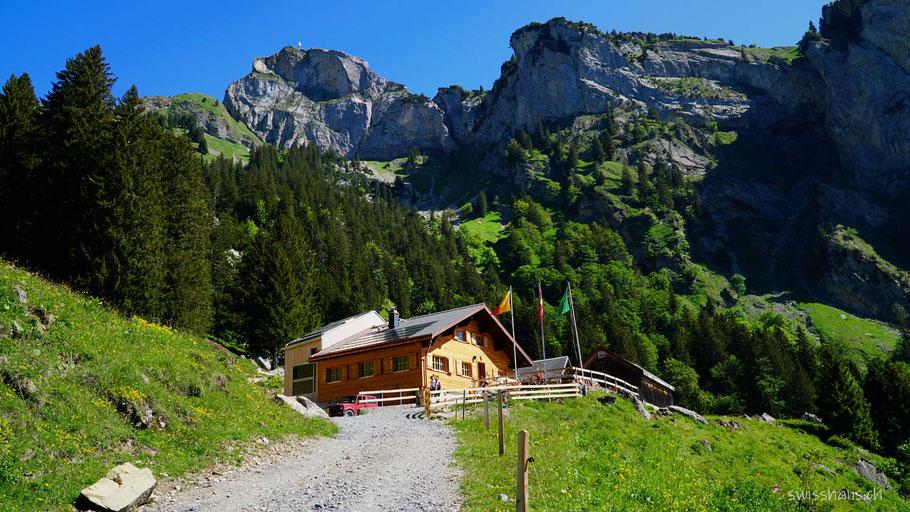 Bergrestaurant Alp Rohr auf der Bergwiese vor den Bergen Hoher Kasten