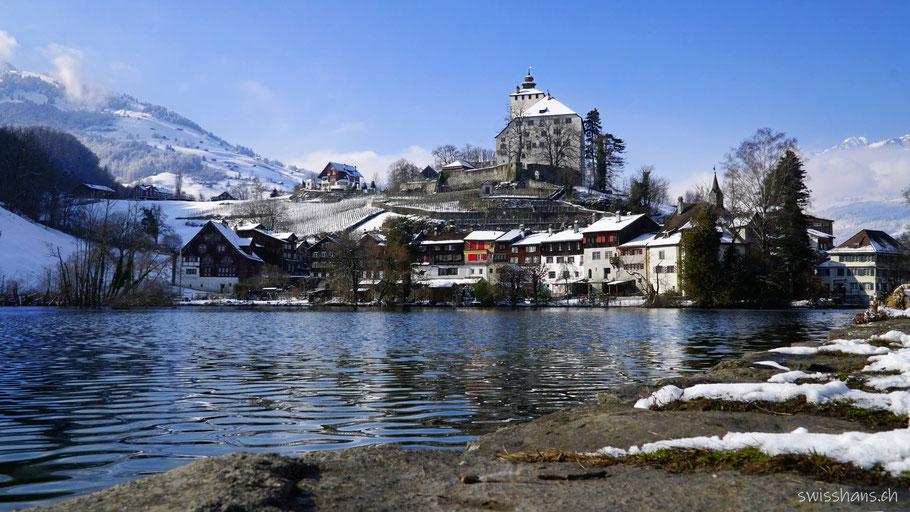 Werdenberger See mit antiken Häusern und dem Schloss Werdenberg
