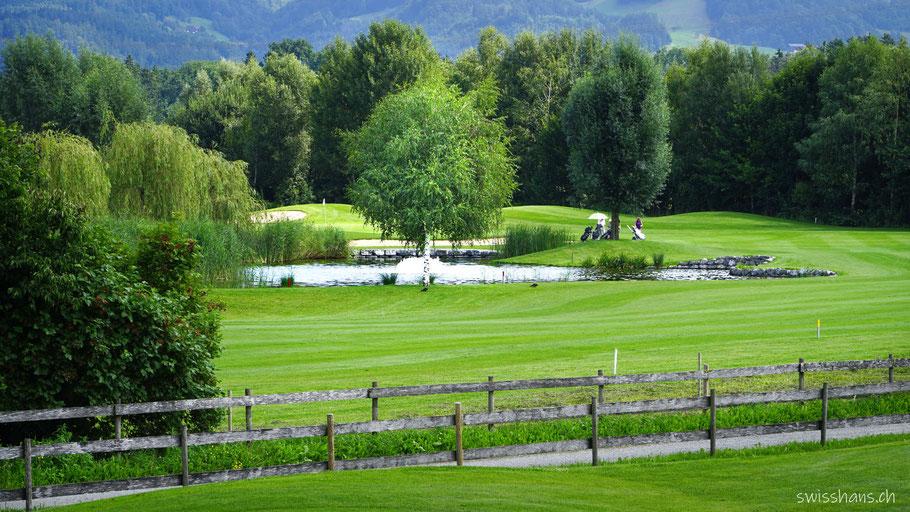 Golfplatz Rankweil mit kleinem See und Bäumen