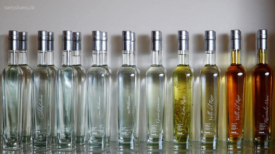 Viele Flaschen mit Edelbränden im Verkaufsregal der Mosterei Kobelt AG