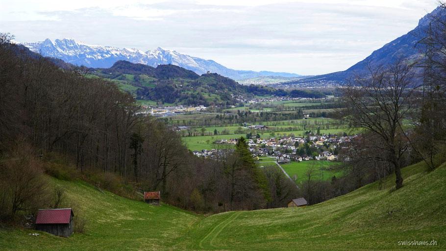 Blick auf das Rheintal mit dem Ortsteil Mäls und die Burgruine Wartau