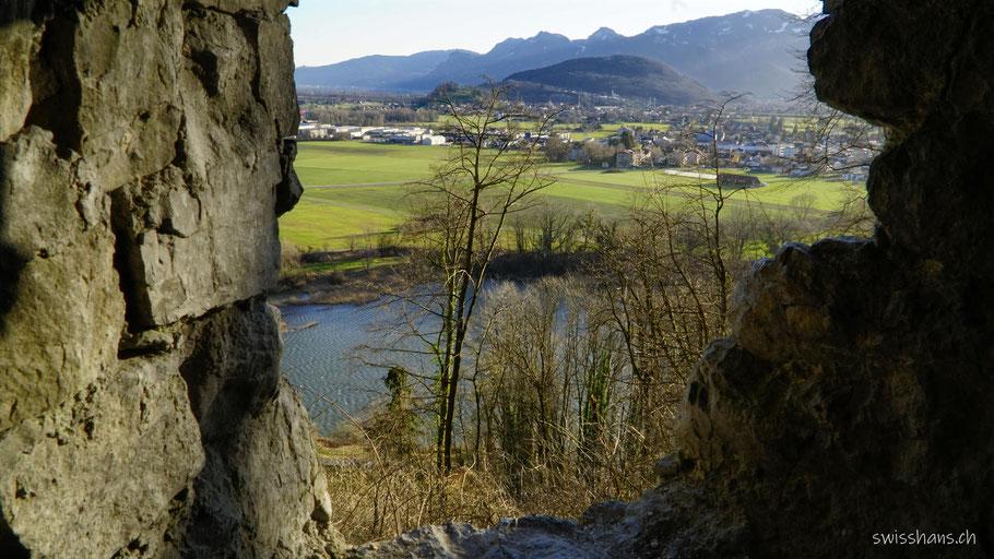 Blick durch die Schiessscharten der Burgruine Wichenstein bei Oberriet auf das Rheintal