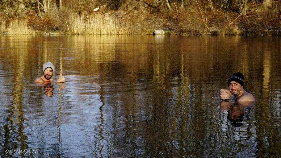 Zwei Männer geniessen ein Eisbad im Wasser des alten Rheins