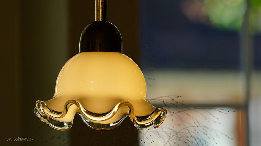 Leuchtende Stubenlampe mit verschwommenem Hintergrund