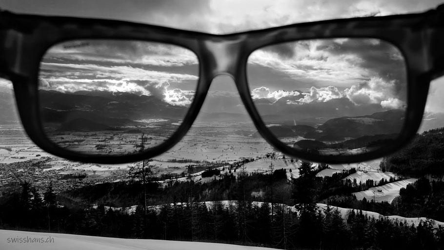 Verschneites Rheintal durch die Sonnenbrille