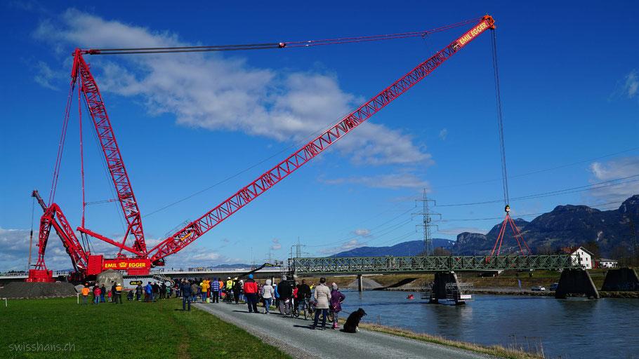 Der grösste Schwerlastkran der Schweiz hebt ein Brückenelement der Dienstbahnbrücke bei Kriessern ab.