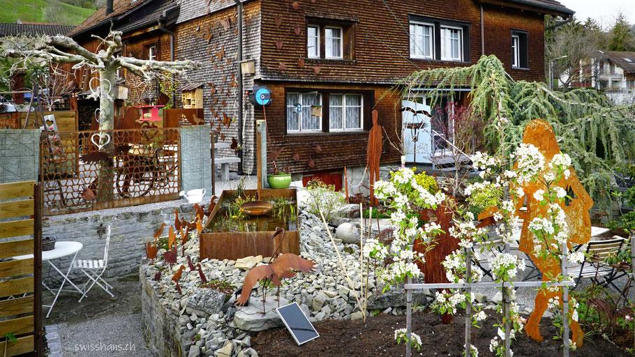 Garten mit verschiedenem Rostdeko bei Gygax Gartenbau Rebstein