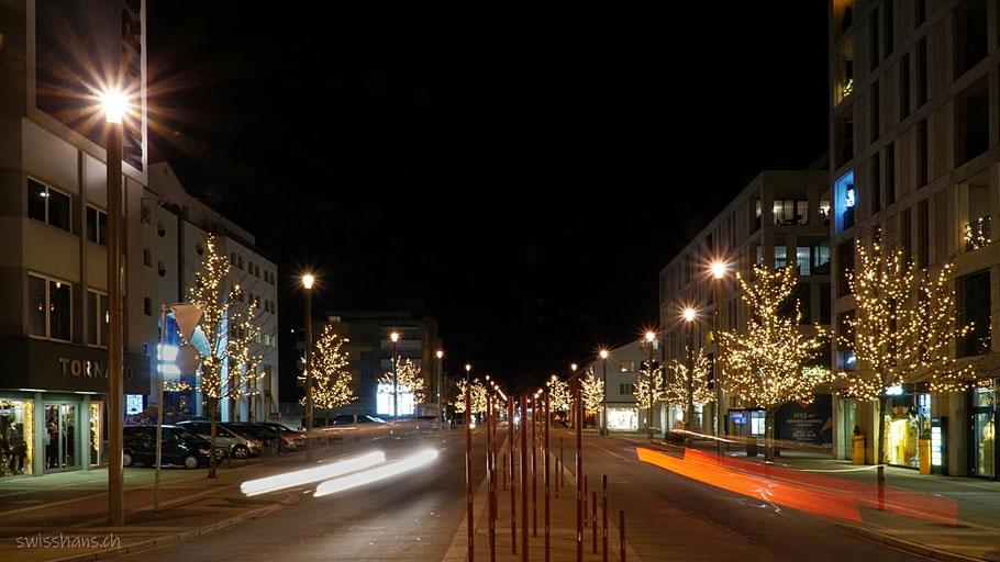 Bahnhofstrasse Widnau mit Weihnachtsbeleuchtung und Lichtspur der Autos