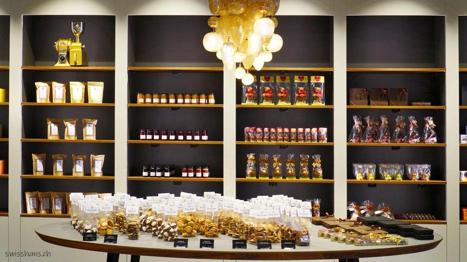 Wand mit Geschenken im Café Backstube Widnau