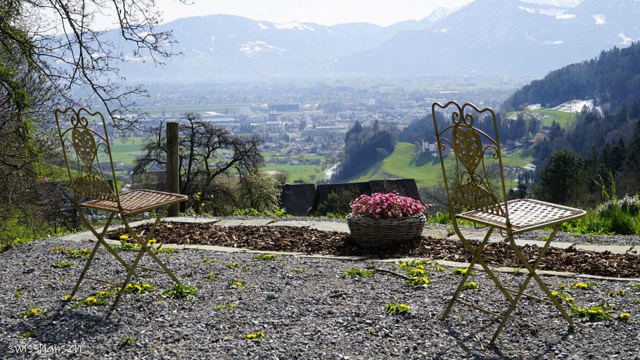 Zwei Stühle vor der Aussicht auf das Rheintal
