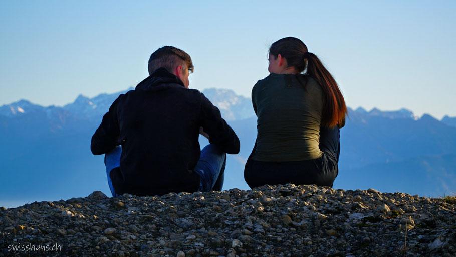 Ein Paar sitzt auf dem Felsen beim St. Anton