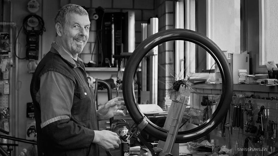 Veloflicker Gmünder aus Marbach in der Werkstatt flickt ein Rad