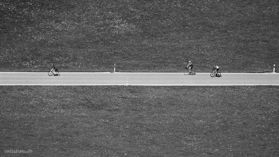 Drei Biker auf einer Strasse bei der Landmark oberhalb Altstätten