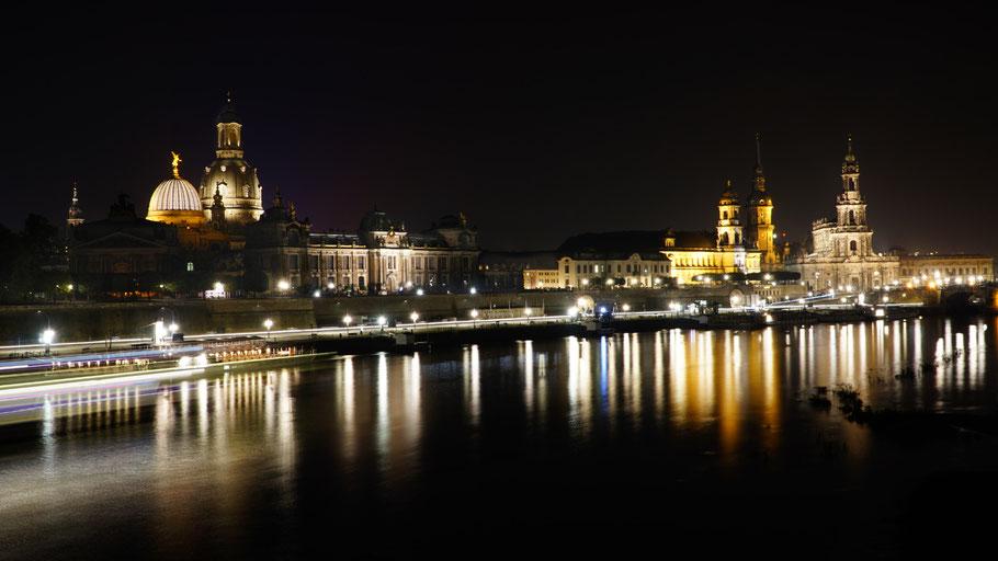 Nachtaufnahme von Dresden mit Spiegelungen auf der Elbe
