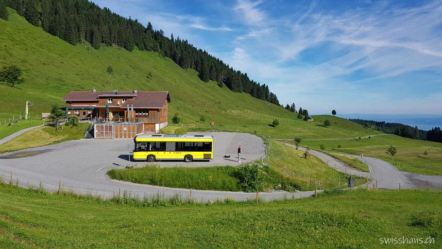 Landschaft beim Berggasthaus Schuttannen mit Bus