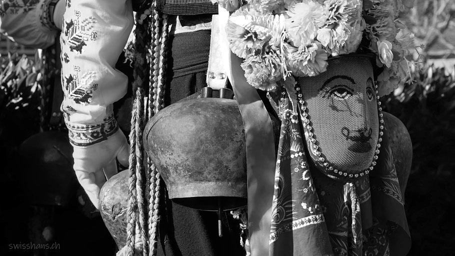 Mann mit Brauchtumskostüm, Glocke, Maske und Handschuhen am Brauchtumstreffen in Altstätten