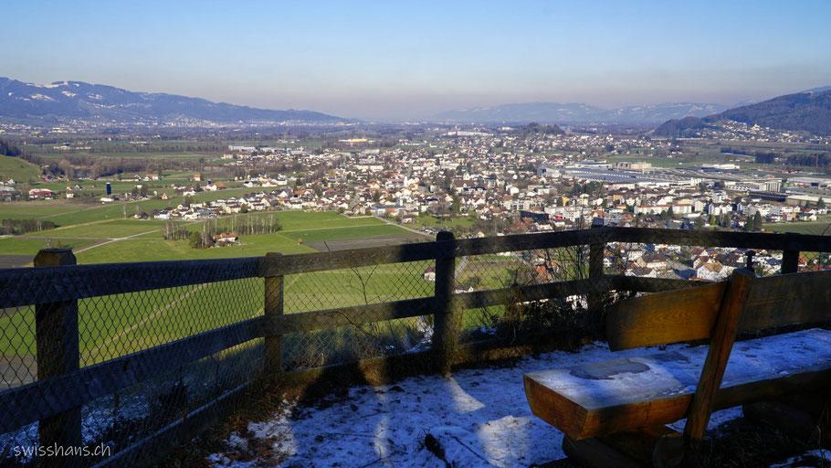 Holzbank mit Aussicht auf das Rheintal mit Oberriet