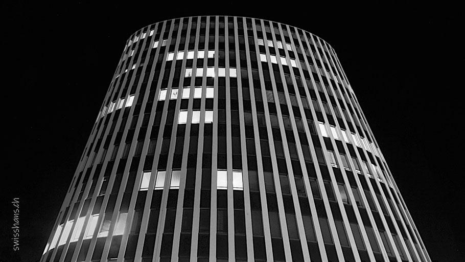 Nachtaufnahme des Geschäftshauses Am Markt in Heerbrugg