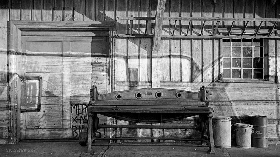 Alte Geräte und Sprossenleiter beim Güterschuppen Rebstein