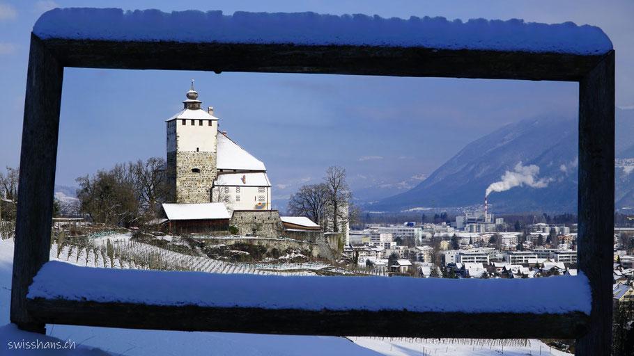 Buchs SG mit dem Schloss Werdenberg durch einen Holzrahmen fotografiert