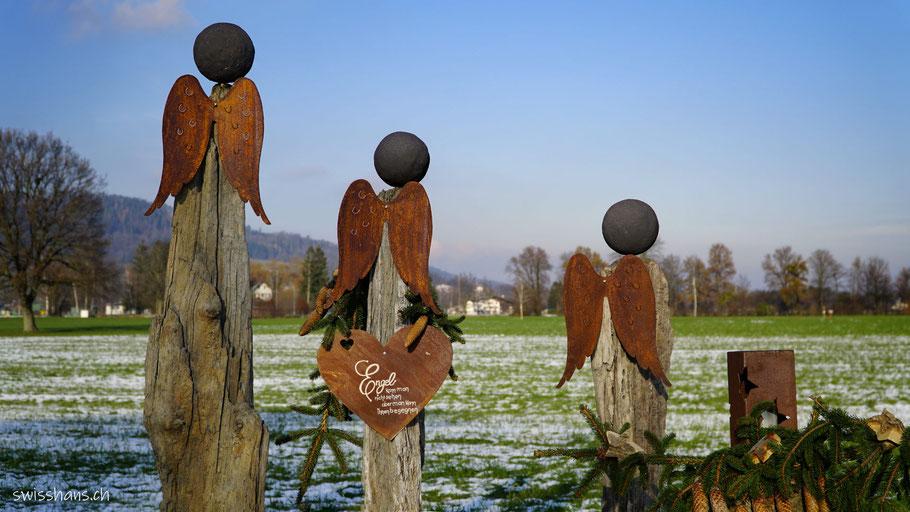 Drei gebastelte Engel aus Schwemmholz und rostigem Metall beim Adventsweg Rebstein - Balgach