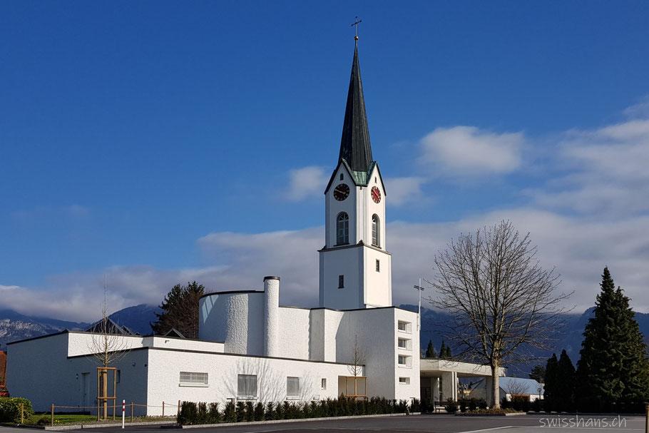 Kirche von Diepoldsau vor blauem Himmel
