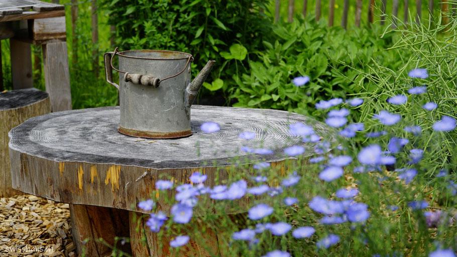 Wassereimer auf einem Holztisch im Aussenbereich der Kreativhalle Setzchaschte Grabs
