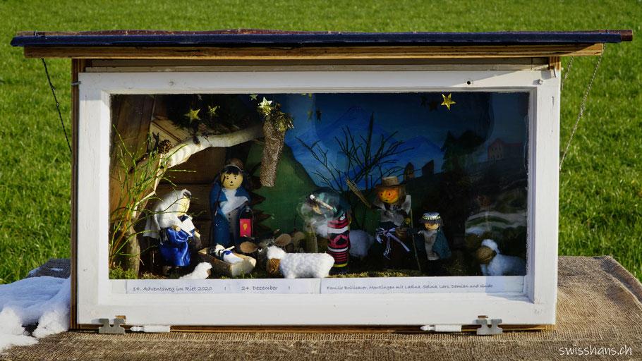 Schaukasten mit gebastelter Krippe und Krippenfiguren am Adventsweg
