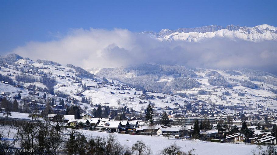 Grabs im Winter mit Bergen
