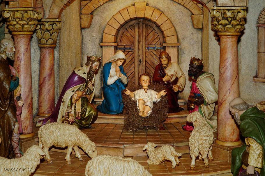 Darstellung der Heiligen Familie mit dem Christkind in der Krippe und den heiligen drei Königen, Hirten und Schafen