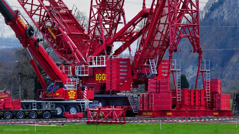 Der rote 1000-Tonnen Schwerlastkran im Rheinvorland bei Kriessern ist bereit, die alte Dienstbahnbrücke anzuheben