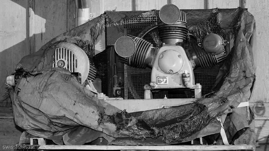 Alter Kompressor beim Güterschuppen Rebstein mit defekter Abdeckplane