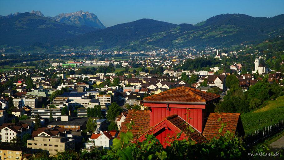 Rotes Rebhaus im Rebhang von Balgach mit den Dörfern Balgach, Rebstein, Marbach, Altstätten