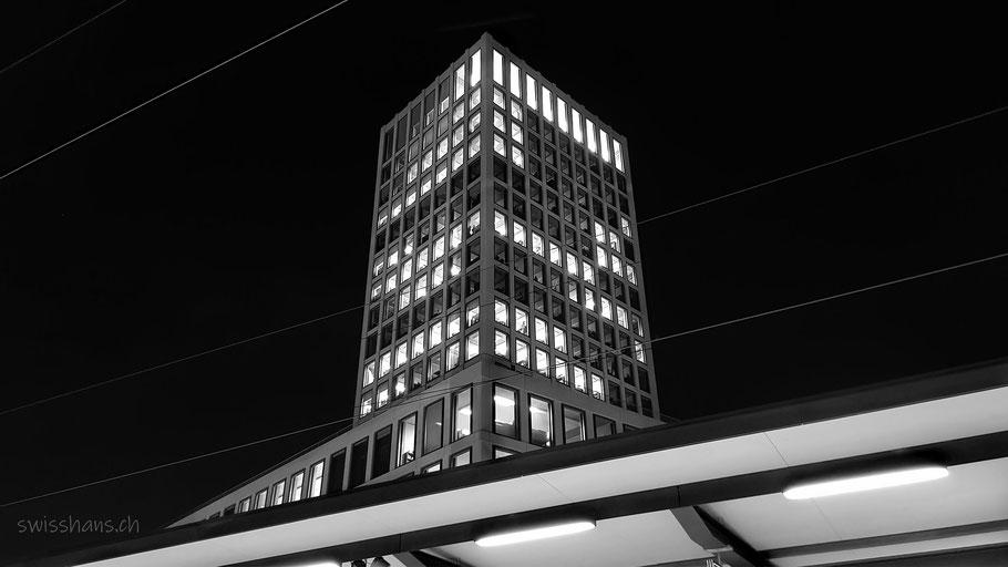 Nachtaufnahme der Fachhochschule St Gallen mit Perrondach des Bahnhofs St. Gallen
